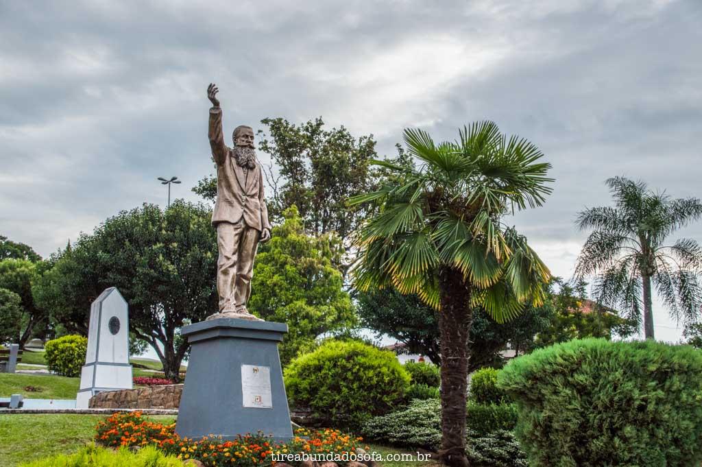 Monumento de Andreas Thaler, fundador de Treze Tílias, Santa Catarina