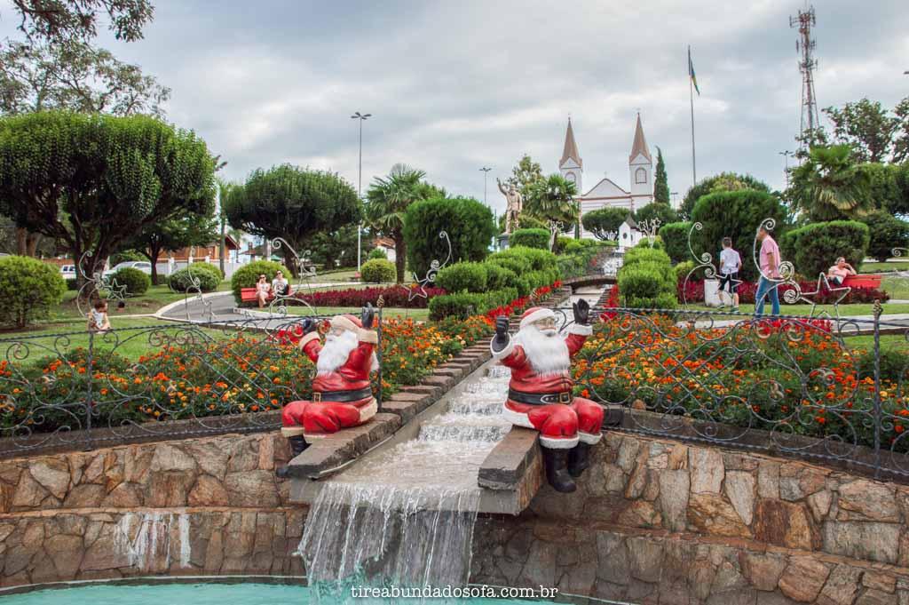 Decoração de natal na praça Andreas Thaler, em Treze Tílias, Santa Catarina