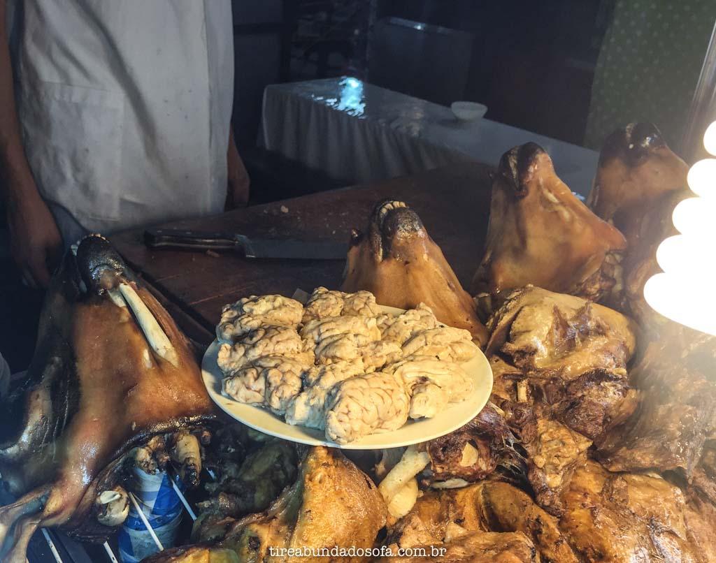 barracas de comida na rua de marrakech, vendendo carne de cabra