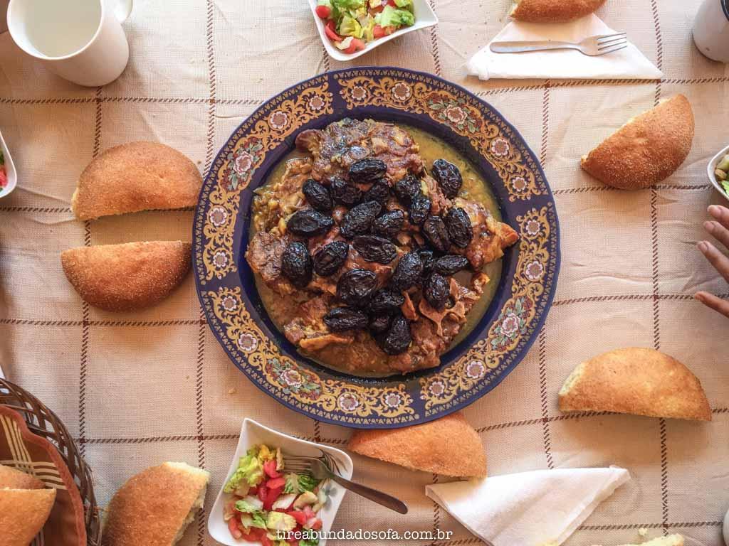Tajine de cabra com ameixas, acompanhado de pão, comida típica do marrocos