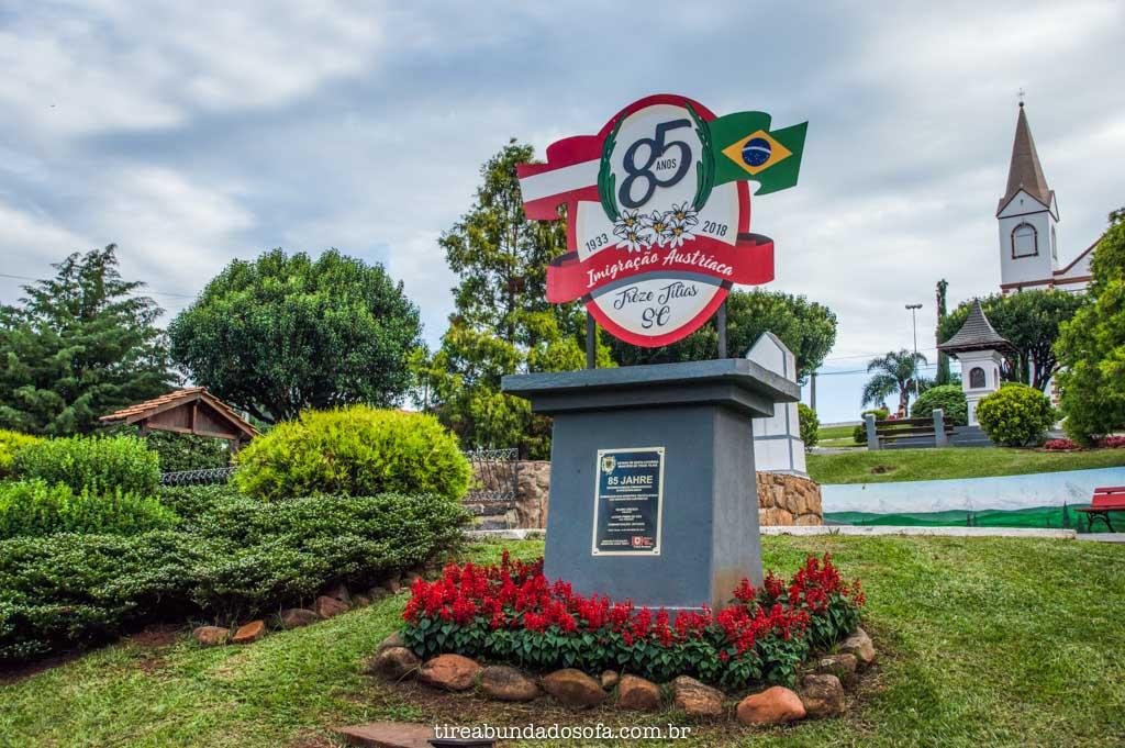 Monumento de aniversário de Treze Tílias, em Santa Catarina