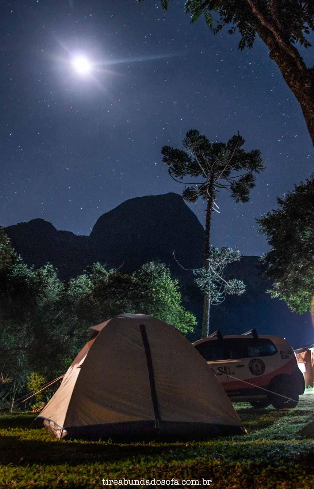Acampando com o Pico do Papagaio ao fundo, em Aiuruoca, Minas Gerais