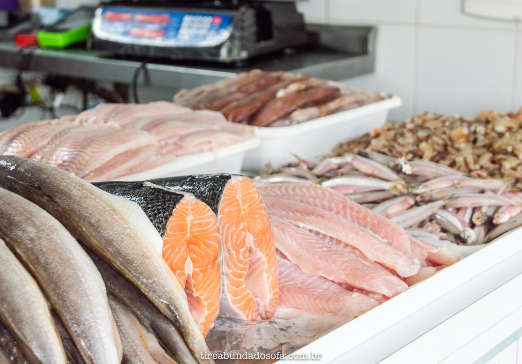 peixes frescos, no mercado de peixes de peruíbe, sp