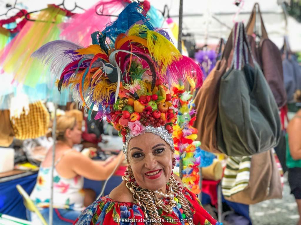 mulher com chapéu colorido na feira hippie de ipanema, no rio de janeiro