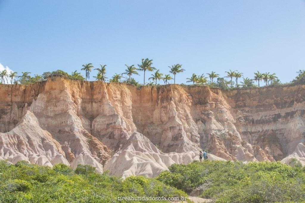 paisagem de falesias na praia de taípe