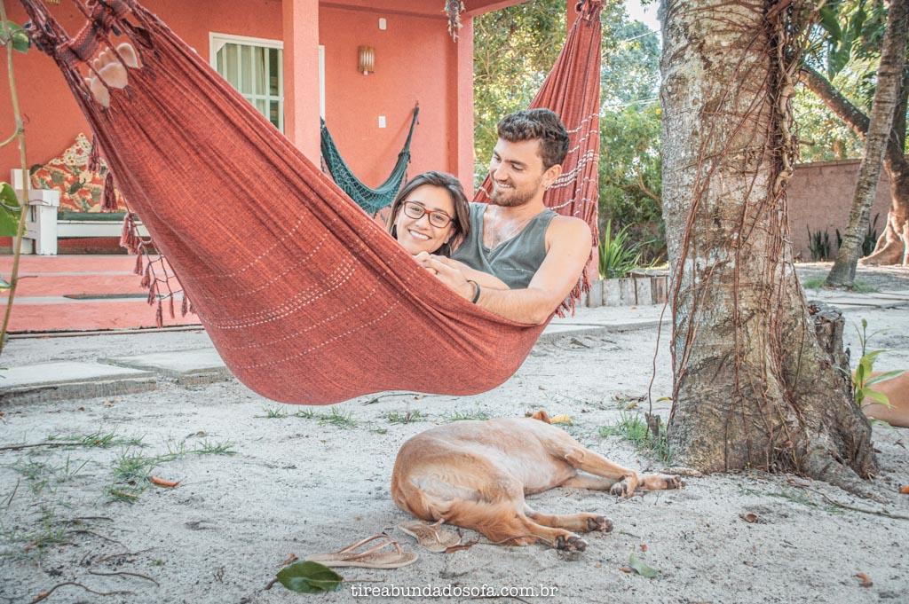 casal na rede com cachorro, no hostel caminho do sol, em arraial dajuda, bahia