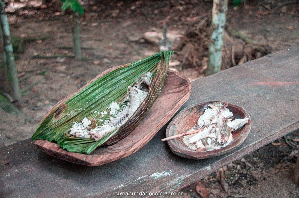 peixe assado na folha de patioba, prato típico indigena