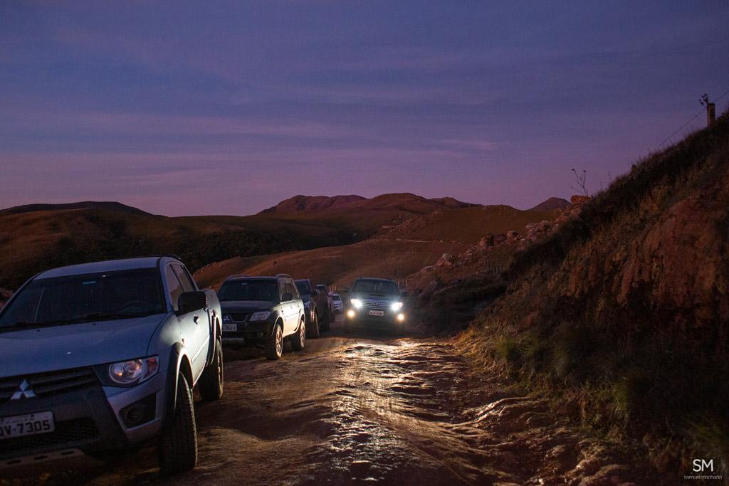 carros parados na estrada dos campos do quiriri
