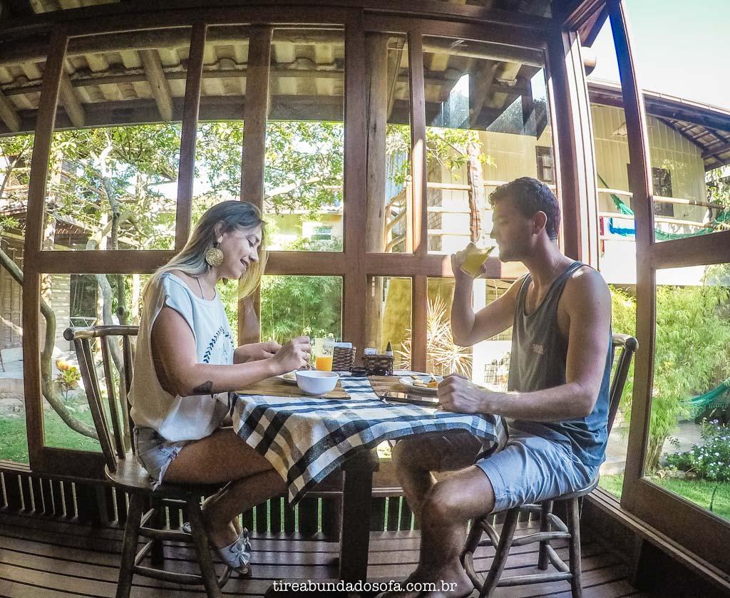 Casal tomando café da manhã na Pousada Morada Flor da Terra, na Guarda do Embaú, SC