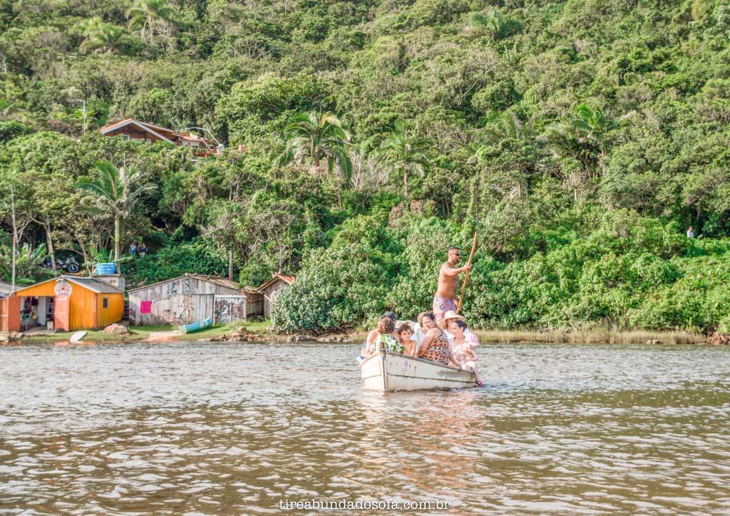 Barco fazendo a Travessia para a Praia da Guarda do Embaú