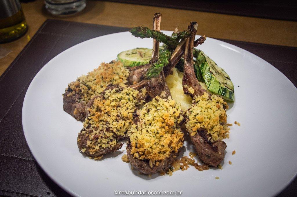 prato de carré de cordeiro, no restaurante do lefel hotel