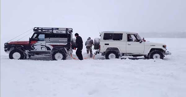 Land Rover Defender VS Land Cruiser Tug Of War 2