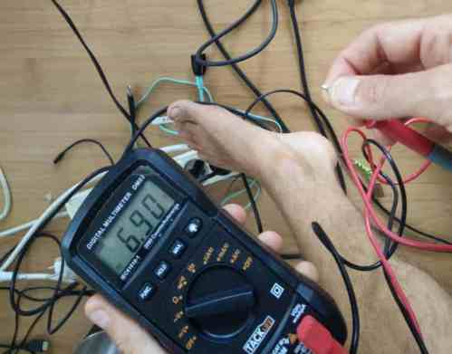 If I touch a cable with the foot, the voltage climbs to 6.9V!