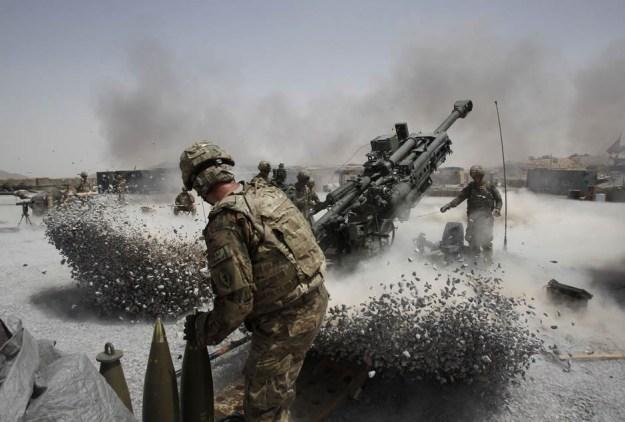Disparo de una pieza de artillería remolcada de 155 mm. M777