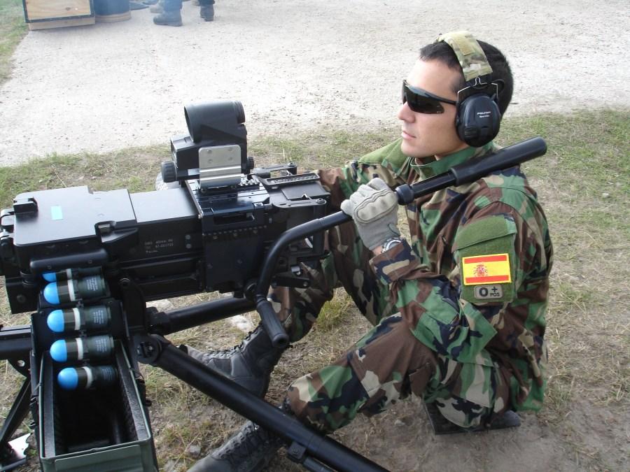 Estación de tiro con armas de gran calibre. Tiro con el HK GMG 40mm dotado del visor Aimpoint FCS12