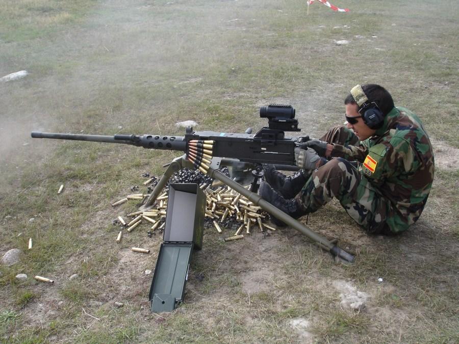 Estación de tiro con armas de gran calibre. Tiro con la AMP FN .50 M2HB-QCB dotada del visor Aimpoint MPS3
