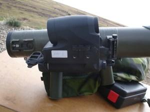 Estación de tiro con armas de gran calibre. Vista lateral del visor Aimpoint FCS12 en el fusil contracarro sin retroceso Carl Gustaf