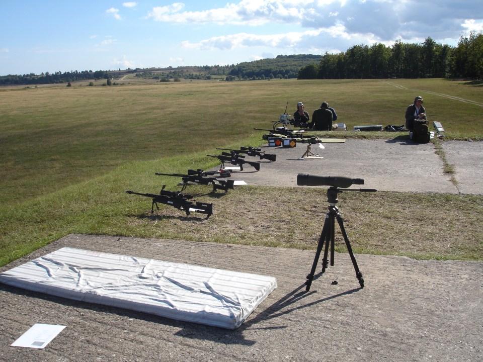 Estación de tiro con fusiles de francotirador. Fusiles disponibles para su empleo por los presentes