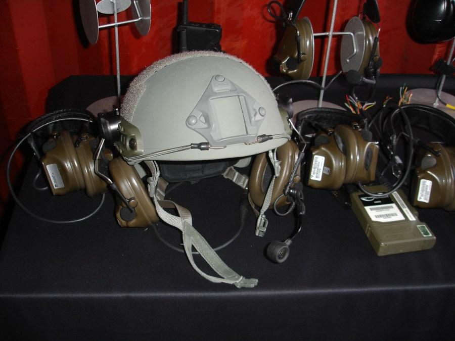 Protectores auditivos Peltor ComTac XP montados sobre los railes del casco FAST de Ops-Core. Permite separarlos de las orejas para facilitar la ventilación