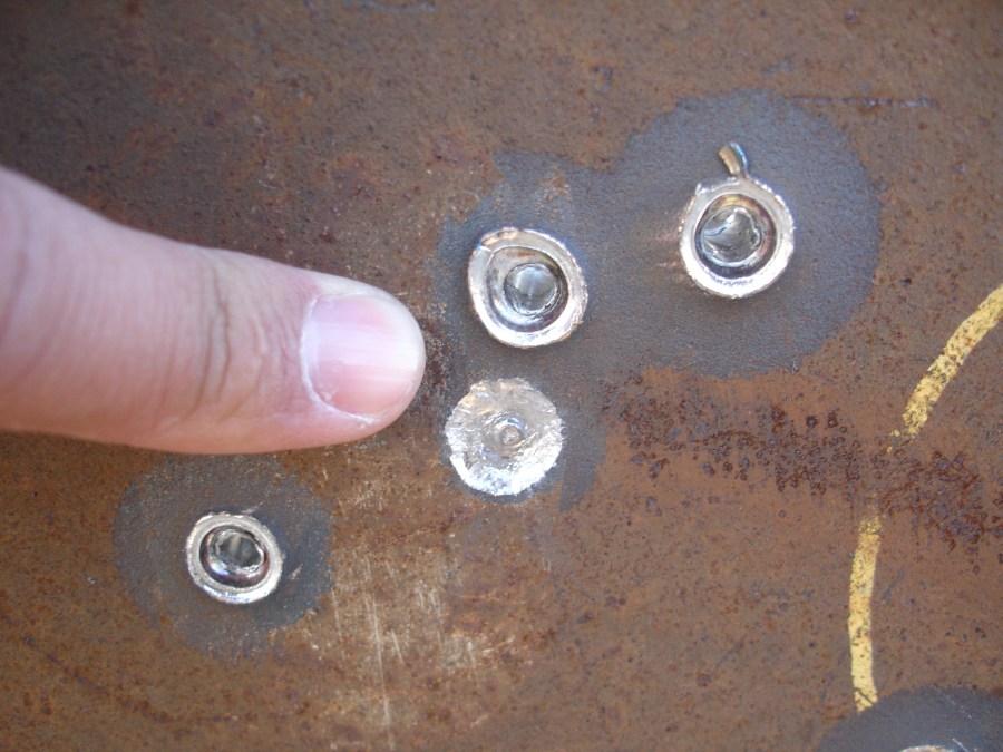 Resultado del disparo de la munición perforante Nammo M993 de 7.62mm sobre una plancha de acero blindado de 18mm (VISTA FRONTAL)
