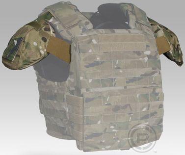 Crye Precision Shoulder Plates (placas hombreras) montadas sobre la plataforma portaplacas Crye Precision CAGE Armor Chassis