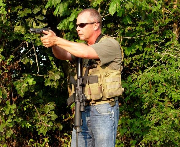 1. Con la correa alrededor del cuello puedes utilizar ambas manos para manejar la pistola y aún así puedes retomar el fusil y disparar con la correa al cuello. ©Tiger McKee