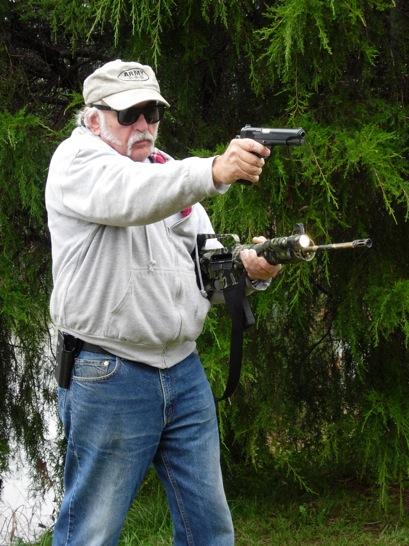 3. El tirador utiliza la mano de apoyo para manejar la linterna mientras trinca el fusil entre el brazo y el costado. ©Tiger McKee