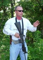 8. Si la correa está bien ajustada aún con ella alrededor del cuello puedes echar mano del fusil. ©Tiger McKee