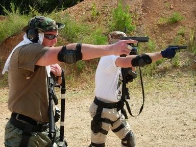 9. Transición utilizando la mano de apoyo para sujetar el fusil. ©Tiger McKee