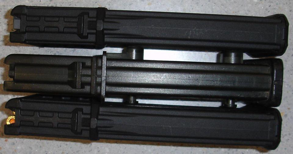 En el centro cargador original de HK G36 y en los extremos cargadores PMAG 30G