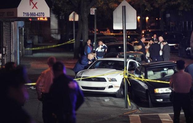 La Policía Científica investiga en la escena donde dispararon a un policía fuera de servicio en W. Burnside Ave., en el Bronx. ANDREW SAVULICH/NEW YORK DAILY NEWS.