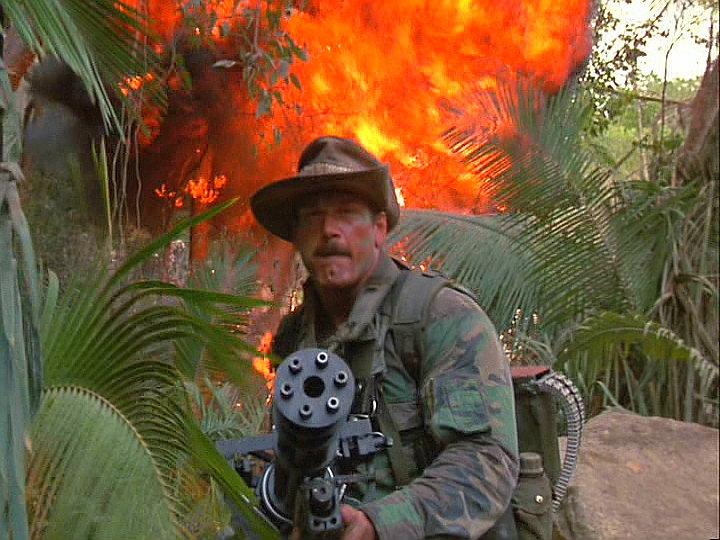 Ametralladora multitubo con cargador de mochila en la película Depredador
