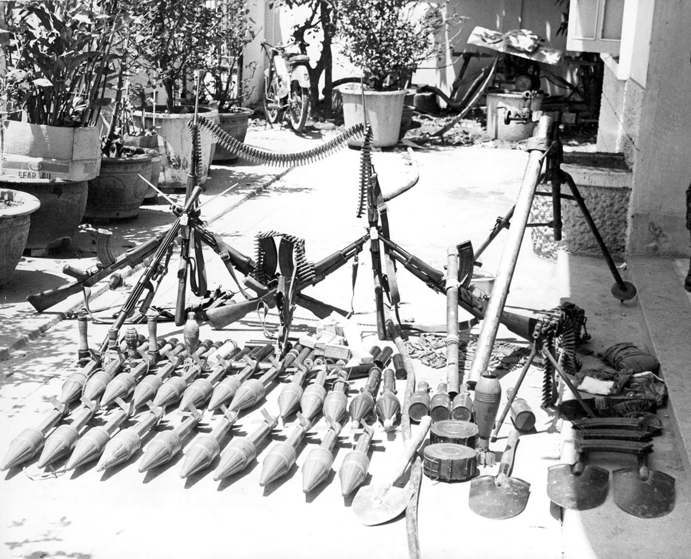 Los Comandos estadounidenses tuvieron un rollo amoroso con los AK-47s capturados. Normalmente los soldados en Vietnam preferían el Kalashnikov antes que sus propias armas.