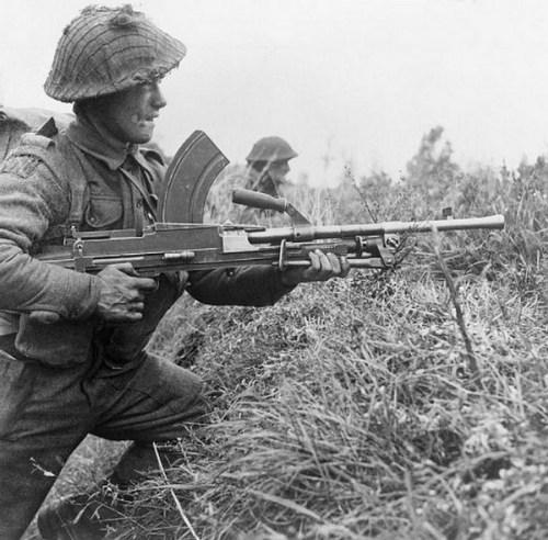 La Bren es una ametralladora impresionante. A los soldados les encantaba esta ametralladora ligera y 'Ronnie la chica de la Bren'.