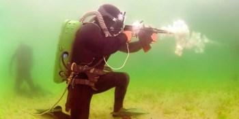 Las armas de fuego subacuáticas son una cosa, y Rusia está de verdad en ello. Fíjate en el fusil de asalto anfibio ADS.