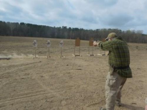 John Shrek McPhee realizando un demostración en el curso de Pistola de 2 días con diagnóstico por vídeo de John Shrek McPhee. 12 y 13MAR16. Sanford (North Carolina, EE.UU.)