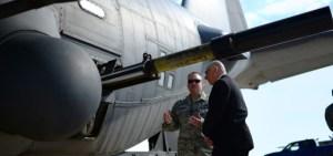 Observa cómo este avión artillado del Ejército del Aire estadounidense prueba su tremendo cañón. Las pruebas son parte de los trabajos de instalación de un cañón de 105 milímetros dentro de un avión AC-130W