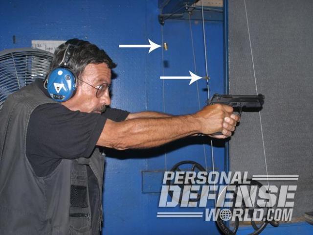 Las flechas indican las vainas expulsadas después de que el autor dispare un double tap [doble golpe]. Ambos disparos realizados en DA y SA con esta Beretta 90two han acabado en el mismo sitio y el arma todavía apunta al blanco preparada para realizar el siguiente disparo.