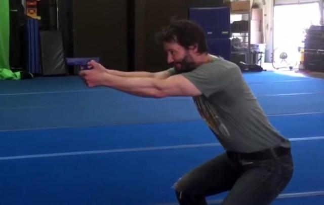 Keanu Reeves en el típico estilo israelí montar a caballo (clásica posición/postura de tiro con los pies paralelos muy separados y las piernas bastante flexionadas)