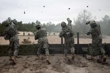 Soldados del Ejército de Tierra estadounidense se adiestran en el lanzamiento de granadas. Foto del Ejército de Tierra estadounidense