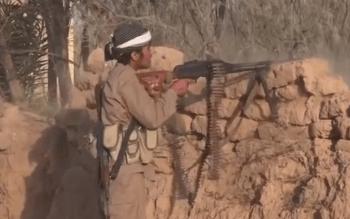 Un combatiente del Estado Islámico dispara con una ametralladora PK en 2016. Captura de pantalla de un vídeo propagandístico