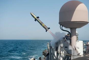 Patrullero de la Armada estadounidense lanza un misil Griffin, en esencia el mismo que la versión de lanzamiento desde el aire. Foto de la Armada estadounidense
