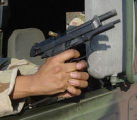 Cuando el tirador apoya las muñecas en el coche el retroceso incide directamente en las manos y hace que el retroceso de un calibre 9 mm. sea más como el de un .44 Magnum.