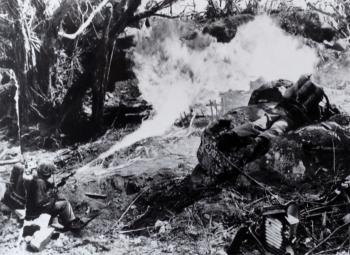 Infantes de marina estadounidenses en Tarawa. Imagen de dominio público.