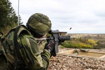 Un soldado del Ejército de Tierra sueco dispara con una carabina Colt Canada C8 durante una competición en Dinamarca en 2016. Foto del Ejército de Tierra estadounidense