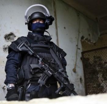 Un miembro del francés Grupo de Intervención de la Gendarmería Nacional (GIGN) [Groupe d'intervention de la Gendarmerie Nationale] participa en un ejercicio de entrenamiento en la sede del grupo en Versalles Satory, al oeste de París, el 10 de enero de 2010. Foto de AFP por Fred Dufour