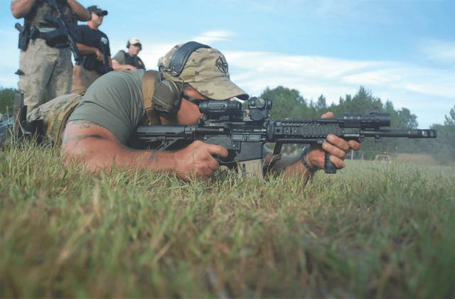 Paul Buffoni, propietario de la marca de armas Bravo Company USA, en una sólida posición de tendido: pegado al suelo y con el cargador apoyado a modo de monópode. Paul es un gran tirador.