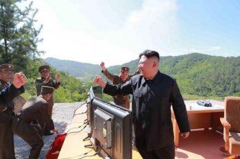Kim Jong Un celebra el lanzamiento de prueba de un misil balístico intercontinental (ICBM) en Corea del Norte el 4 de julio de 2017. Captura de pantallas de los medios de comunicación estatales de Corea del Norte