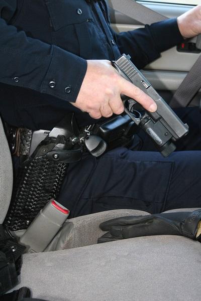 La pistola va hacia delante con la boca de fuego describiendo una línea paralela a la pierna pero por fuera sin pasar por encima.