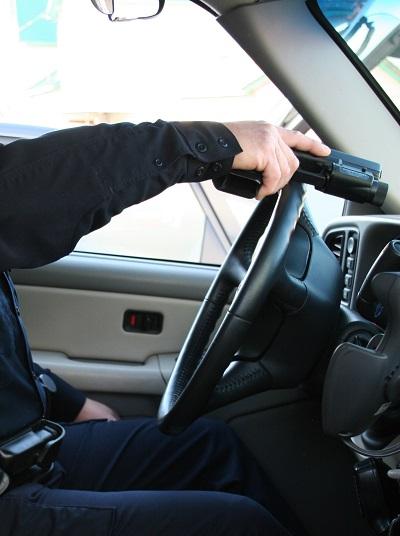 La pistola se lleva a la posición de las doce por encima del volante mientras la mano de apoyo abre la puerta.
